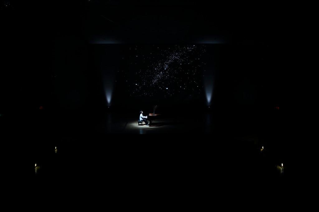 第二部、星空バックに演奏 (c)アトリエ灯